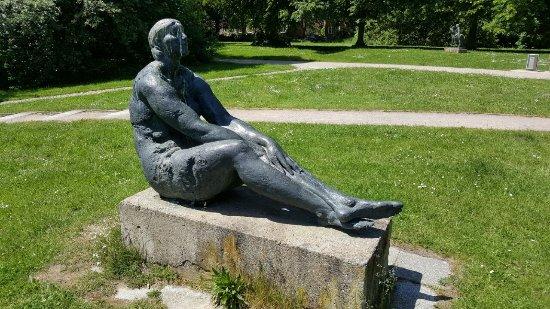 """Skulptur """"Große Sitzende"""""""