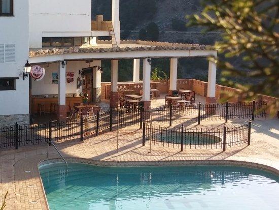 Berchules, Spain: La terraza del restaurante, al lado de la piscina