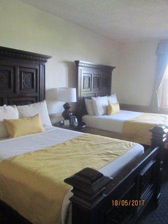 Holiday Inn Ann Arbor / University of Michigan : Camas grandes podendo abrigar varias pessoas, familias com crianças inclusive