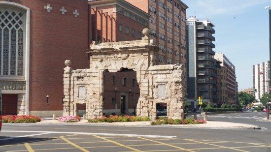 Puerta del Carmen: Arch