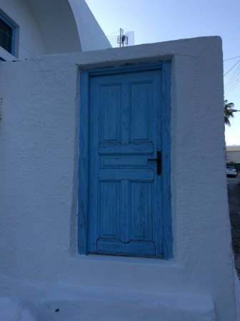 San Giorgio Villa: The blue door before the hotel
