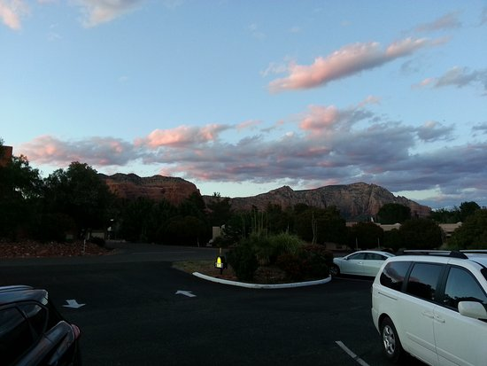Days Inn by Wyndham Kokopelli Sedona: Pretty sunset view from our room 106. Temperatures were great. So relaxing.