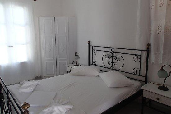 Roussos Beach Hotel: Chambre de blanc vêtue