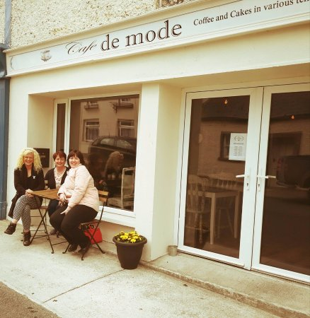 Ballon, Irlanda: Cafe de mode customers enjoying coffee outdoors.