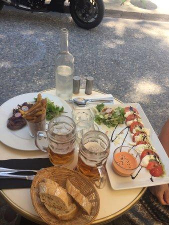 Macadam Bistrot : Onglet échalottes confites à gauce et tomates et buffala à droite
