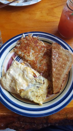 Somerset, วิสคอนซิน: SPLIT ham, sausage, bacon, cheese omelette, crispy hashbrowns, awesome toast