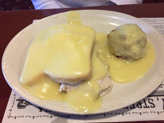 Morgantown, Пенсильвания: Hot turkey sandwich with stuffing on the side