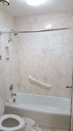 Quality Inn: Bathroom with No Shower Curtain