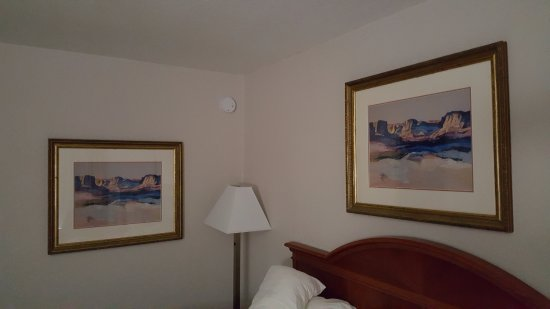 Quality Inn: Tacky Duplicate Artwork in Every Room