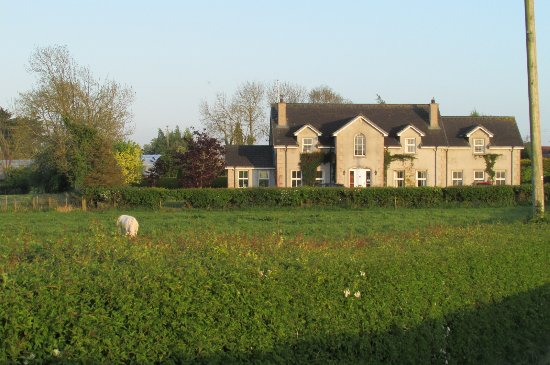 Redbrick Country Guesthouse: Approaching Grey Gables