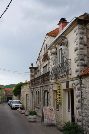 Sinj, Kroatia: Exterior of the shop