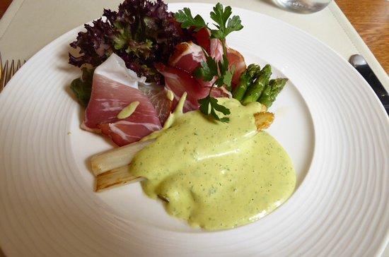 Matran, Suisse : Asperges rôties - grilled asparagus with wild garlic hollandaise sauce