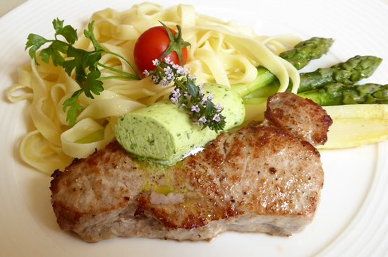 Matran, Suisse : Veal steak with wild garlic butter and white/green asparagus