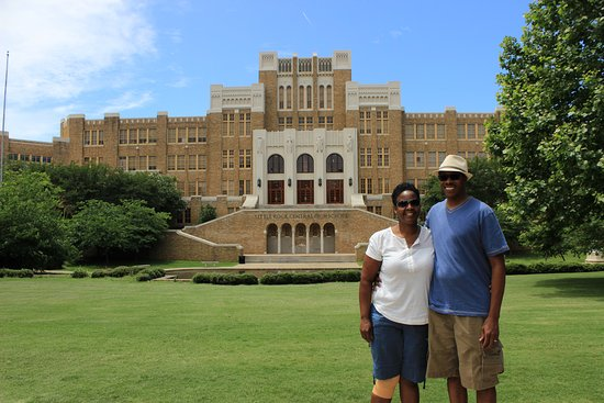 Little Rock Central High School: Couple in front of LRCHS