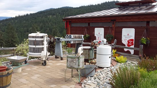 Summerland, Canada: Old washing machines at entrance of this Winery.