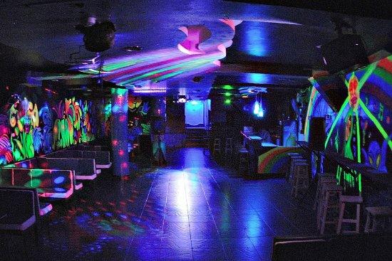 Banos, Ecuador: D'Mind Club,los colores neon,la música electrónica te haran disfrutar de una noche unica.