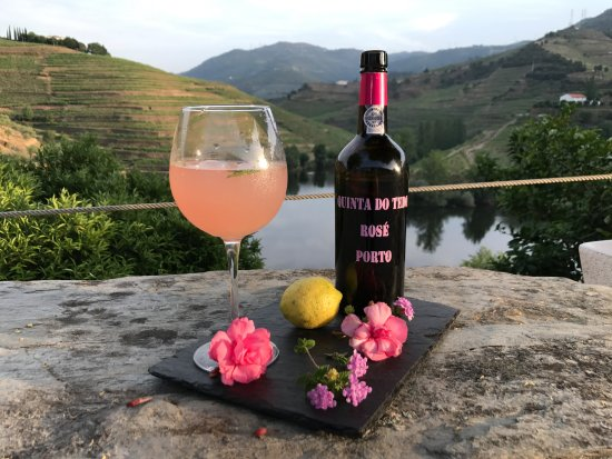 Folgosa, Portugal: Our famous Porto Rosé lemonade. Sip it overlooking our beautiful Tedo river.