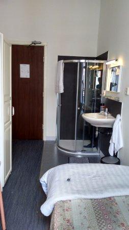 Hotel Verdi: vista para o interior do quarto, com o box/chuveiro ao fundo.