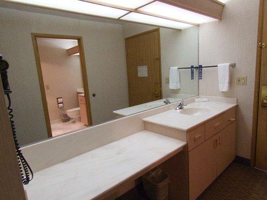Shilo Inn Suites Hotel - Portland Airport: Additional sink outside bathroom