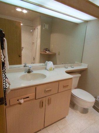 Shilo Inn Suites Hotel - Portland Airport: Bathroom
