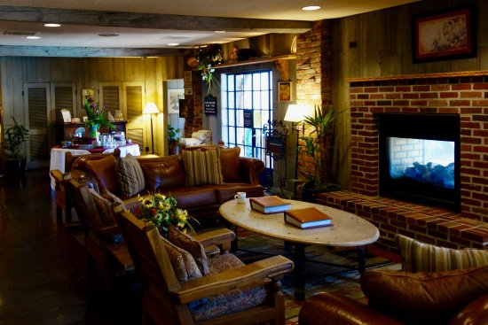Inn of the Governors: Cozy lobby with fireplace and reading area. Cheese and sherry are served each afternoon.