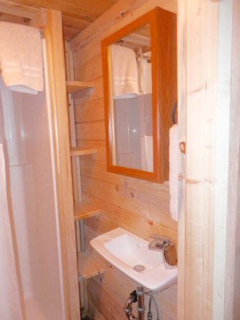 Panamint Springs Resort: Small, but sparkling clean bathroom (Cabin 18)