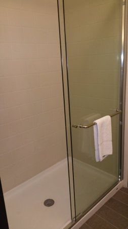 AmericInn by Wyndham Shakopee Near Canterbury Park: Large shower