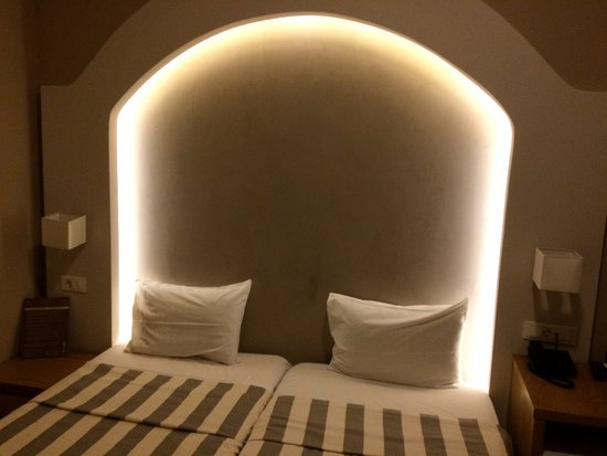 The lovely hue from the alcove light - Picture of Hotel Morfeas ...