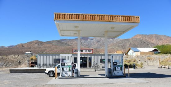 Panamint Springs Resort: Gas station and the convenience general stores