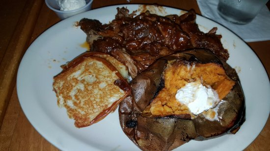 Waite Park, มินนิโซตา: Pulled Pork with a baked sweet potato and texas toast, and a cup of chili (not shown).