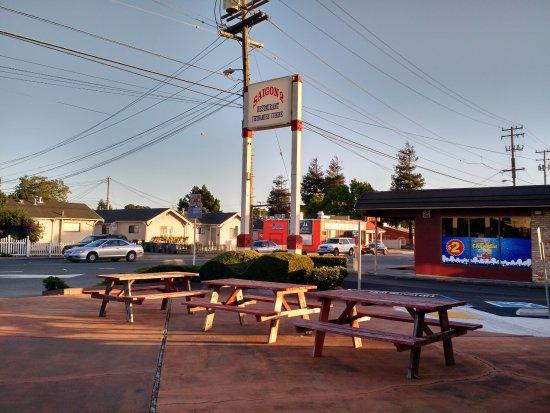 San Leandro, CA: Outside dining area