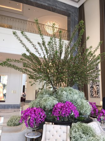 The Address Downtown Dubai: Beautiful flowers in the foyer and the smell is amazing!!!