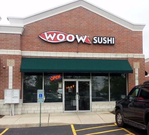 Algonquin, IL: front of & entrance to Woow Sushi