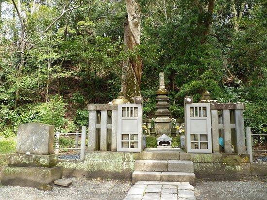 Grave of Minamoto Yoritomo: 頼朝の墓???