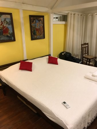 Leela Cottages: Large rooms with very good vintage furniture