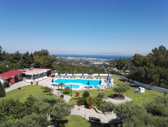 Asgourou, Grèce : Aussicht vom Balkon unseres Zimmers auf die westliche Strandseite von Rhodos