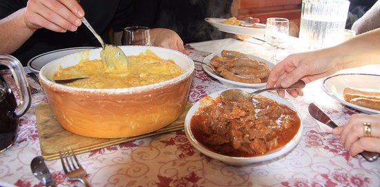 Antagnod, Itálie: polenta con crosticina di formaggio fuso..spezzatino e salciccia