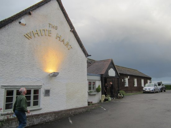 The White Hart Restaurant and bar : Entrance from the car park.