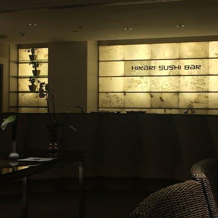 Hikari Sushi Bar: Elegante barra del restaurante