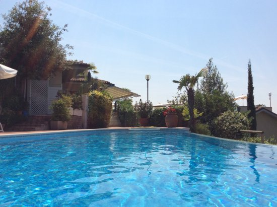 Marciaga di Costermano, Italië: Großer Pool Blick zum kleinen Pool