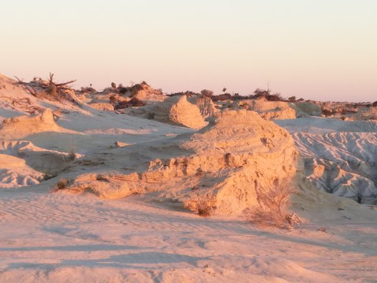 Mungo Lodge: Walls of China by day and at sunset, plus airstrip