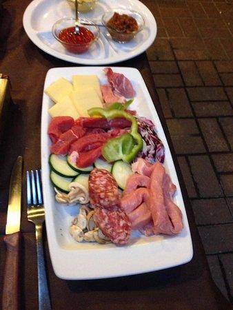 Felin Fach, UK: Carne e verdure da cuocere su pietra ollare.