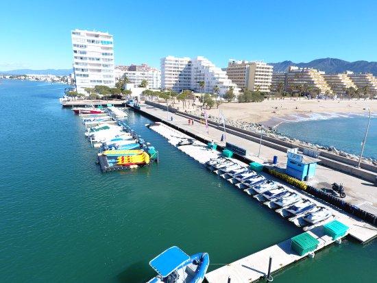 Roses, Espanha: Nuestra plataforma, ubicada en la bocana de Santa Margarita, lista para la temporada nueva.