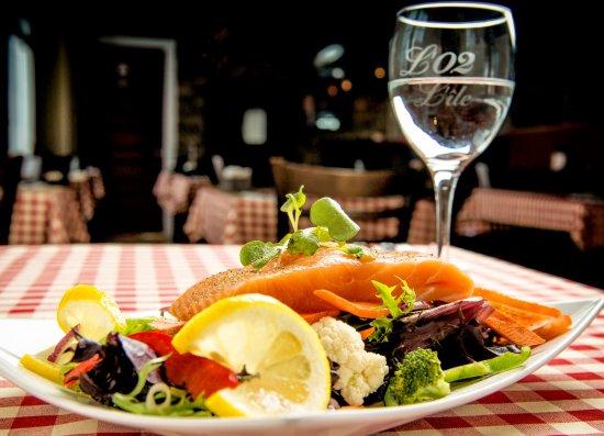 Saint Pierre d'Orleans, Canadá: Salade de Saumon Grillé
