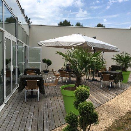 Montfort Le Gesnois, France: Belle terrasse et cuisine de saison ...