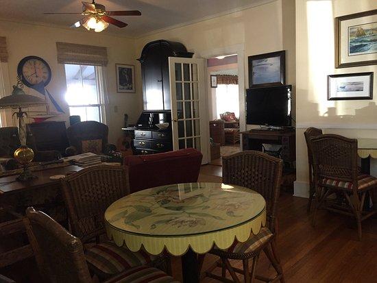 Oak Bluffs Inn: Breakfast  warm & cozy!
