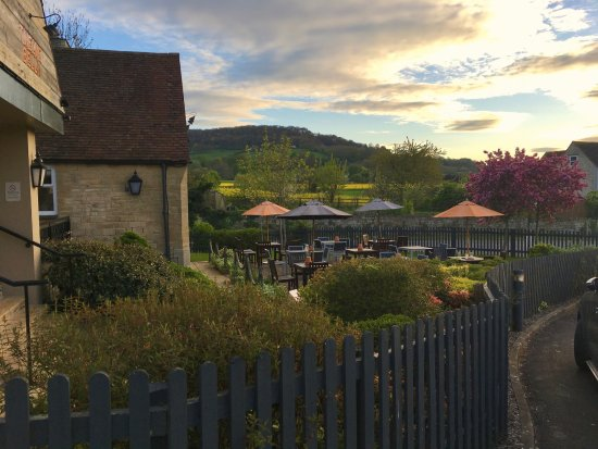 Little Witcombe, UK: Twelve Bells beer garden opposite the Premier Inn