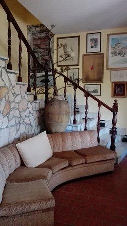 Soggiorno con la rampa di scale per accedere alle camere - Picture ...