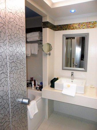 Salle de bain avec baignoire jacuzzi et douche - Picture of Atrium ...