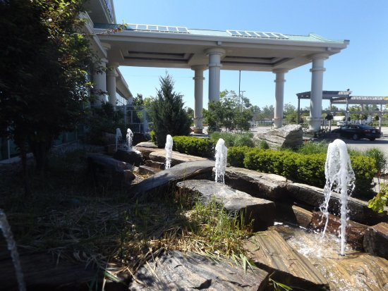 Mandarin Restaurant: Water fountains at front of the building